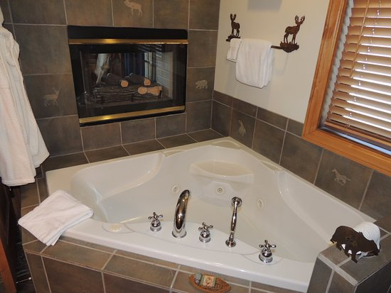 Invited Inn Bed and Breakfast: Whirlpool tub and fireplace