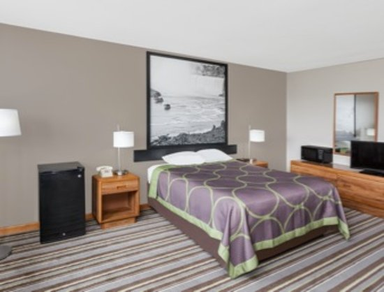 Watseka, IL: 3 Queen Bed Room