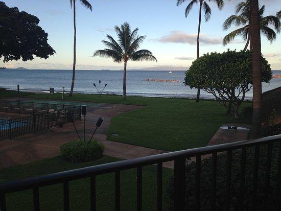 Maalaea Surf Resort: Early morning view from the balcony - beach, pool, shuffleboard