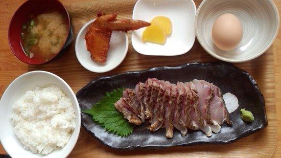 Toyo-cho, Japan: 朝食セットで鯛のタタキ定食500円ちょっと
