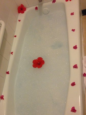Sandals Royal Plantation: Love surprise baths! Too bad hubby can't fit!