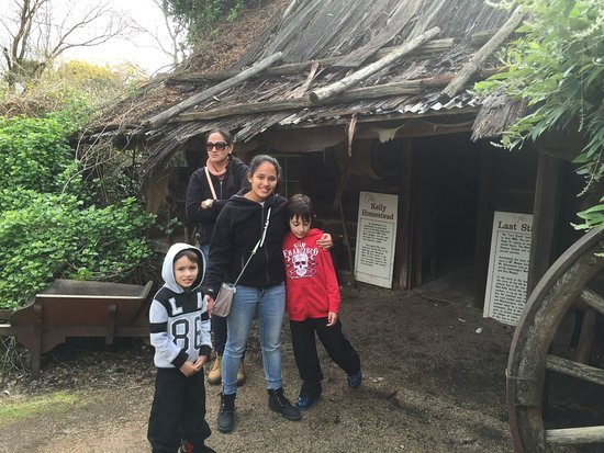 Glenrowan, Austrália: My family standing in front of the replica cottage of the Kelly family.