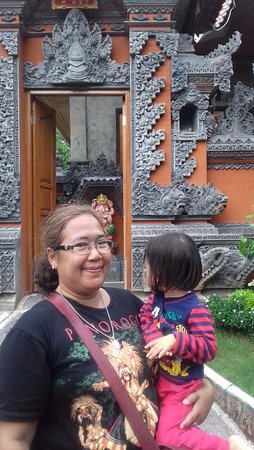 Sukawati, อินโดนีเซีย: di depan showroom pengrajin perak