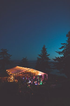 Halfmoon Bay, Kanada: Wedding tent at night. Photo by The Nickersons.