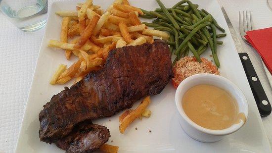 Saint-Gatien-des-Bois, Francia: Steak de hampe avec sauce au choix (camembert, poivre ou champignons)