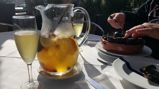 Cal Pinxo: Sangria and mussels.