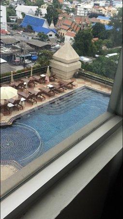 Duangtawan Hotel Chiang Mai: part of the pool