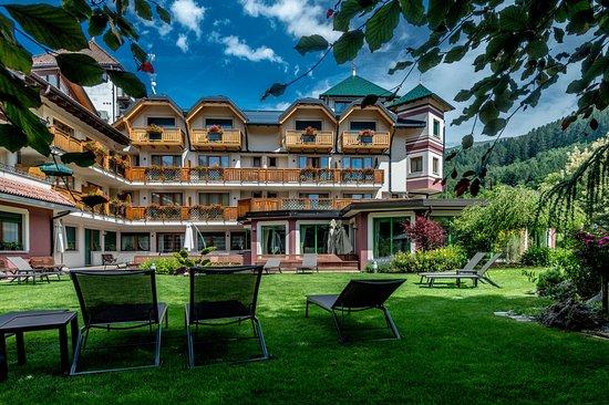 Tevini - Dolomites Charming Hotel: hotel vista dal giardino