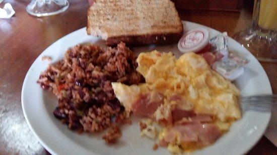 Kathy's Waffle House: Plato de aproximadamente $6, huevos con jamón, gallo pinto y tostada de pan.