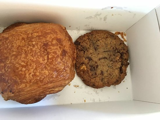 Los Gatos, Califórnia: pain au chocolat and whole wheat chocolate chip cookie