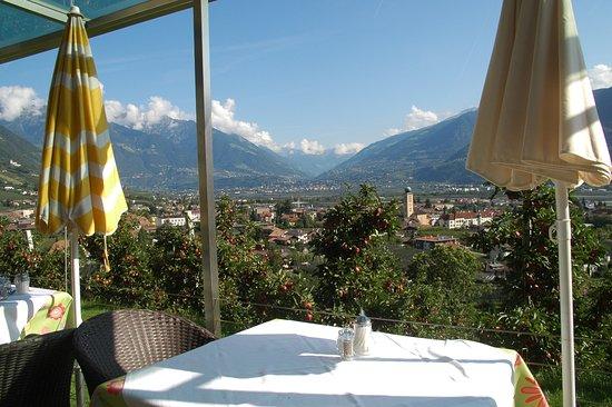 Panorama Hotel Garni Bühlerhof: Ausblick von der Frühstücksterrasse auf Lana (im Hintergrund: Meran)