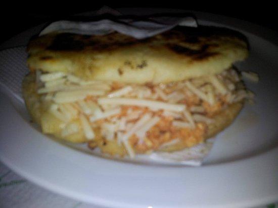 Mas Arepas: arepa de pollo mechado con queso, para mi la mas rica