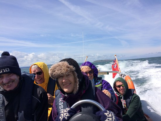 Menai Bridge, UK: A group of our passengers enjoying themselves on our Puffin Island tours!