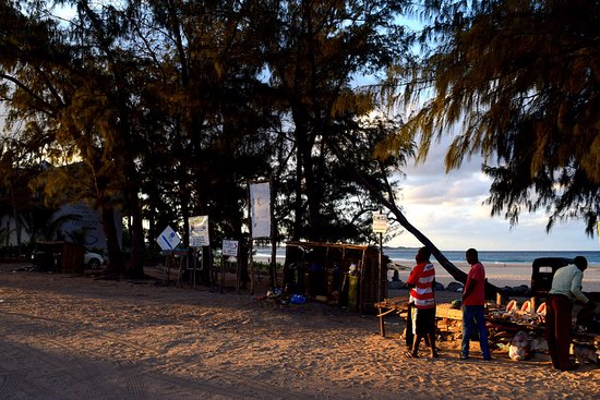 Praia Do Tofo Locals Ing Souvenirs And Knick Knacks At The Beach