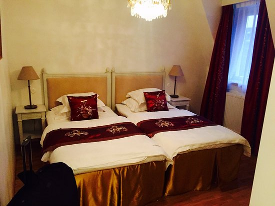 Bromma, Suecia: Twin beds with a chandelier