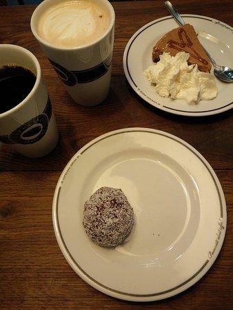 Espresso House : Cheesecake, Chokladboll, Kaffe & en Chai (?)