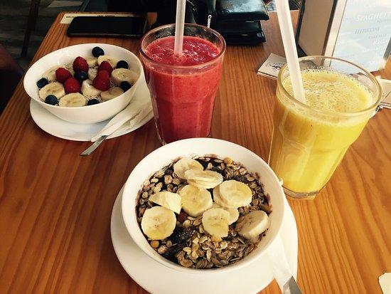 The Traveller Caffé: Acai bowl, oatmeal and smoothies