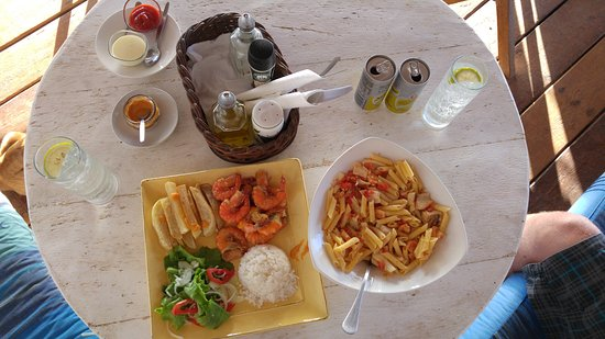 Tofo, โมซัมบิก: Food from the restaurant. Prawns with rice and chips and the seafood pasta. Best chilli sauce!