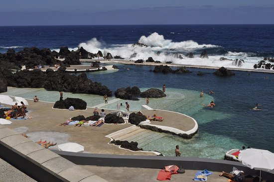 Porto Moniz Natural Swimming Pools: Vue de la piscine naturelle de PortoMoniz