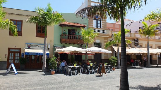 Buenavista del Norte, Espagne : Sheltering from the sun with a cold beer