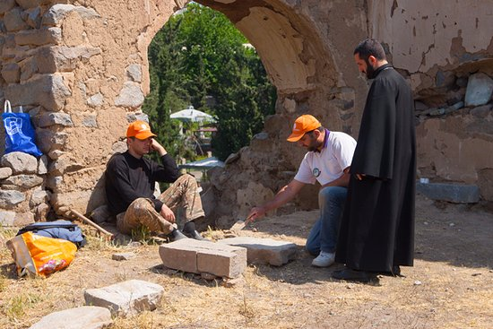 Meghri, Armenia: Реставратор в церкви