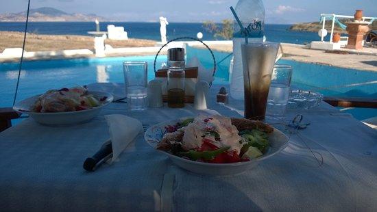 """Σχοινούσα, Ελλάδα: Υπέροχη σαλάτα με γαρίδες!! Ή όπως είναι κανονικά η ονομασία της """"Αλμυρός"""""""