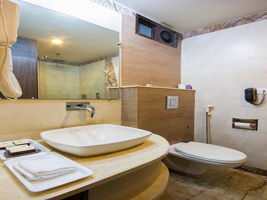 FabHotel Sunstar Karol Bagh: Bathroom