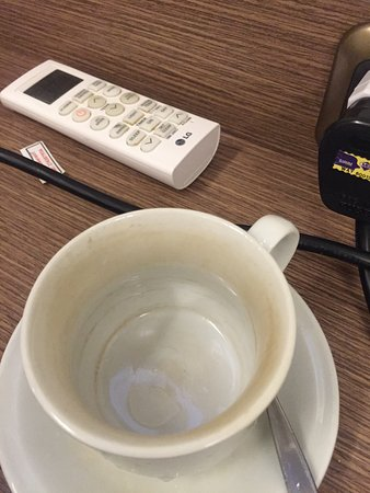 Mawar Asri Hotel: dirty stained in provided coffee cup.