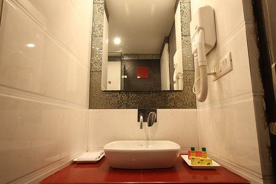 Fabhotel Karol Bagh Metro: Bathroom
