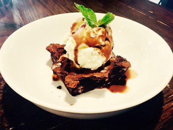 Charing, UK: Chef's Homemade Chocolate Brownie