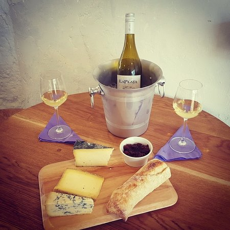 Bovey Tracey, UK: Over 40 wines to choose from and our signature cheese boards