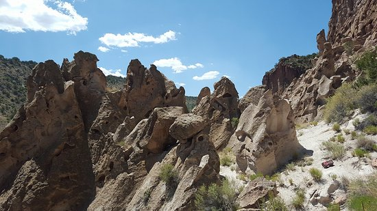 Los Álamos, Nuevo México: More cool rock formations as you hike up the trail