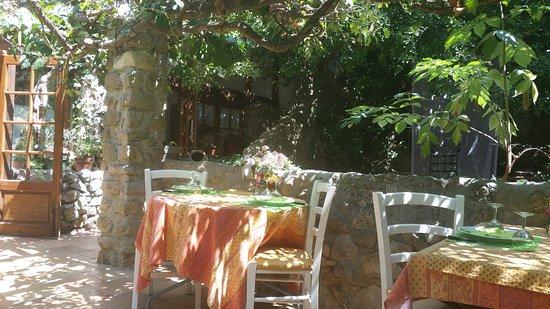 Belgentier, Γαλλία: tables à l extérieur