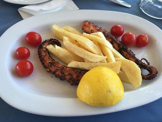 Prassonissi, Grèce : grilled octopus