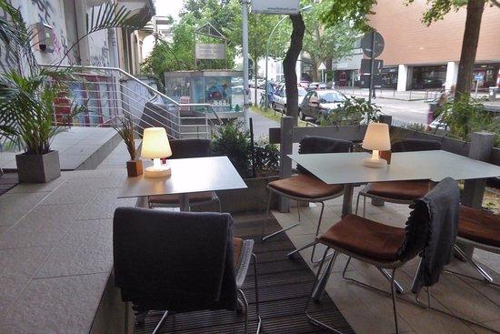 gem tliche terrasse mit fatboy design tischlampen picture of restaurant senckenbergs. Black Bedroom Furniture Sets. Home Design Ideas