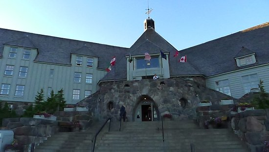 Timberline Lodge, Oregón: Iconic Entrance to Timberline