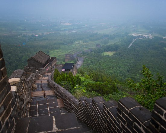 Qinhuangdao, จีน: Its about 1 Km at hight and it is impossible to climb up to the hill.