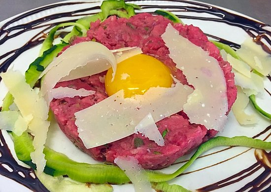 Brugherio, Ιταλία: Carne cruda alla tartara con tuorlo d'uovo e petali di grana