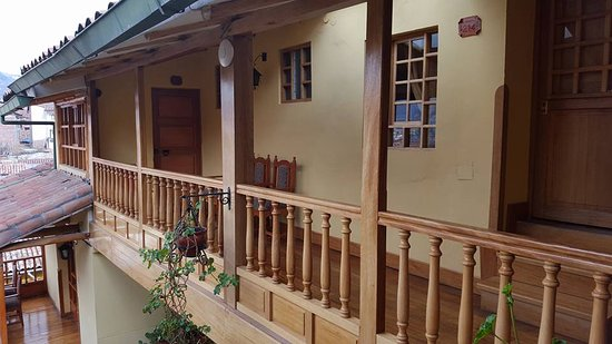 Amaru Hostal: Beautiful wooden structure and balcony of the second floor