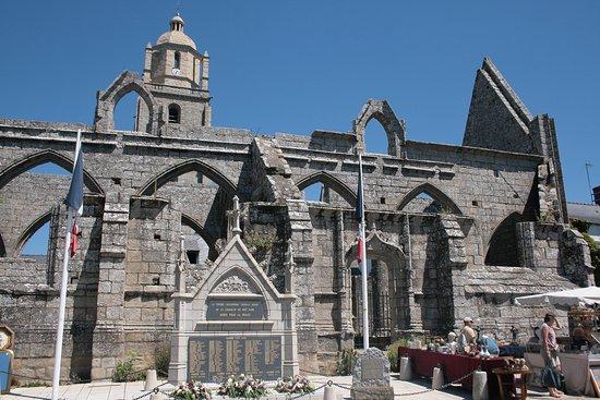 Batz-sur-Mer, France: La ruine devLa chapelle Notre-Dame-du-Mûrier en premier plan monument des soldats des guerres