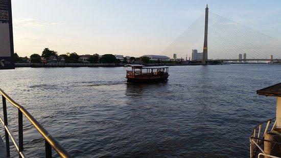 Praya Palazzo: Your taxi boat