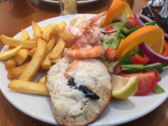Sandsend, UK: Delicious local crab and prawn salad!