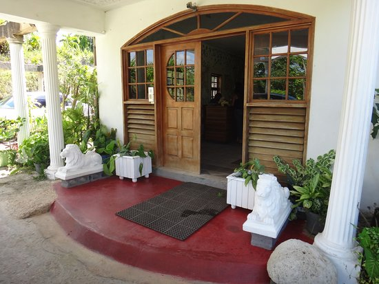 Kariba Kariba: This is the entrance to the guest house.