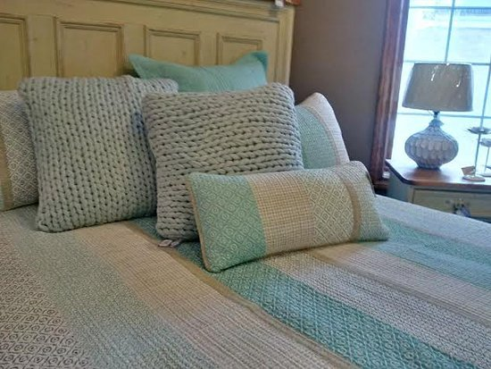 St. Jacobs, Canadá: Beautiful Brunelli bedding!