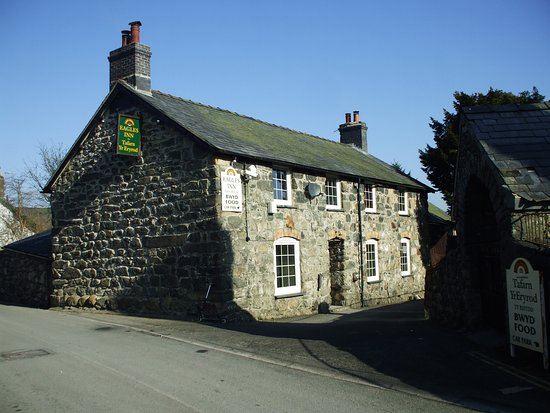 Llanuwchllyn, UK: Through the door and your in the bar