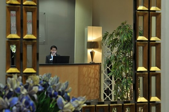 Antoinette Hotel Wimbledon: Front Desk
