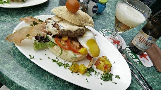Putten, Hollanda: Hamburger op Italiaanse bol