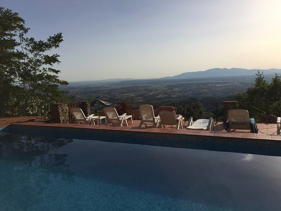 San Baronto, Italia: Wir waren zu viert im Juli 2016 hier auf der Durchreise. Der große Pool mit herrlicher Aussicht