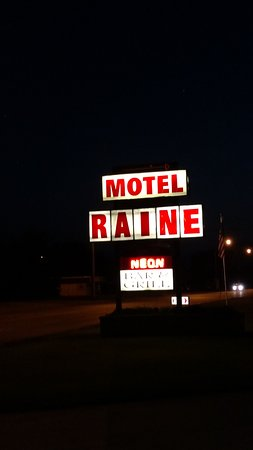 Motel Raine: Sign in Front