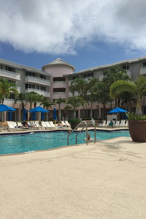 Hutchinson Island Marriott Beach Resort & Marina: Beautiful pool and hot tub also located near a small restaurant that serves drinks as well.